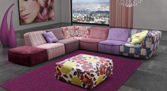 яркое сочетание принтов и однотонного в обивке дивана