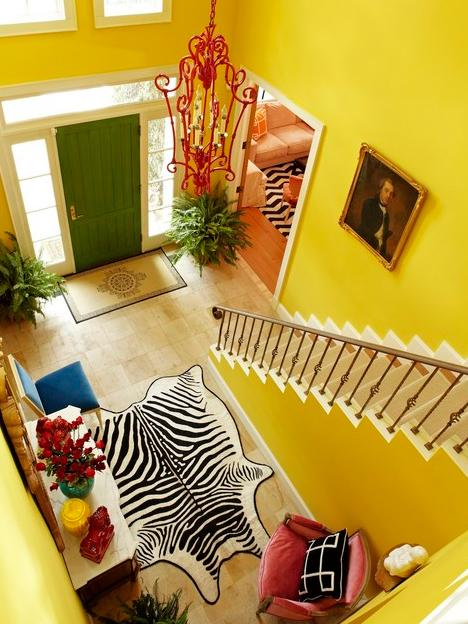 ярко-желтая покраска лестничного холла