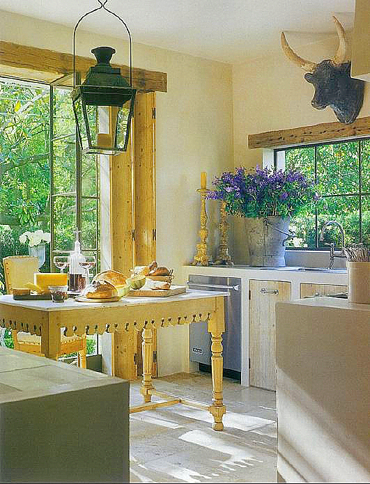 желто-синий контраст на кухне
