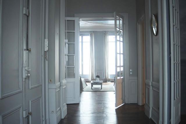 парижский стиль в интерьере - классическое оформление стен и дверей