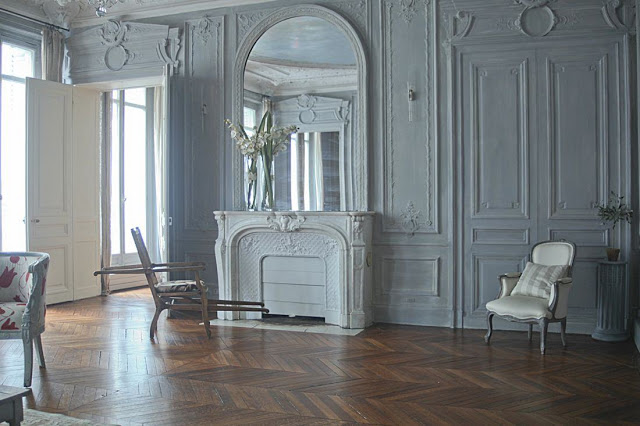парижский стиль в интерьере - богатое классическое оформление стен и камина