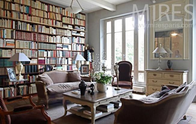 парижский стиль в интерьере - гостиная в квартире в османовском доме