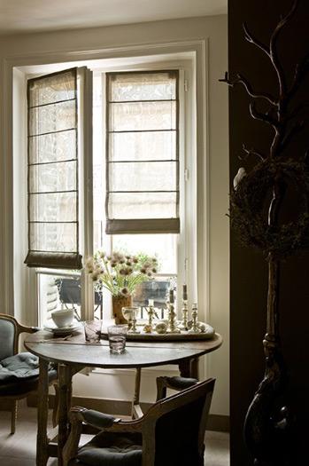 парижский стиль в интерьере высокое окно и круглый стол