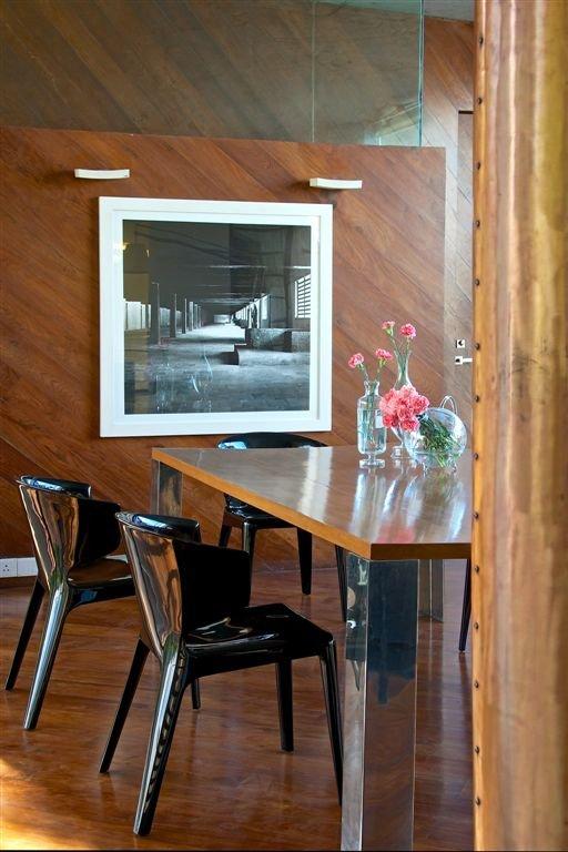 черно-белая фотография в интерьере столовой- архитектурный пейзаж на фоне деревянных панелей