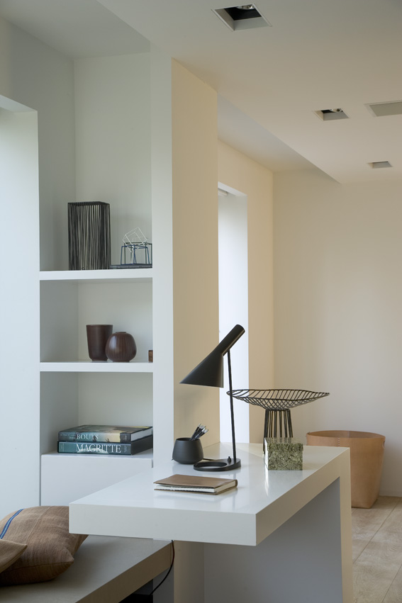 бельгийский минимализм белые стены прилавок из кориана