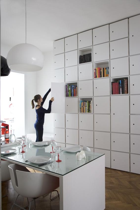 бельгийский минимализм - белая столовая и яркие акценты на открытых книжных полках