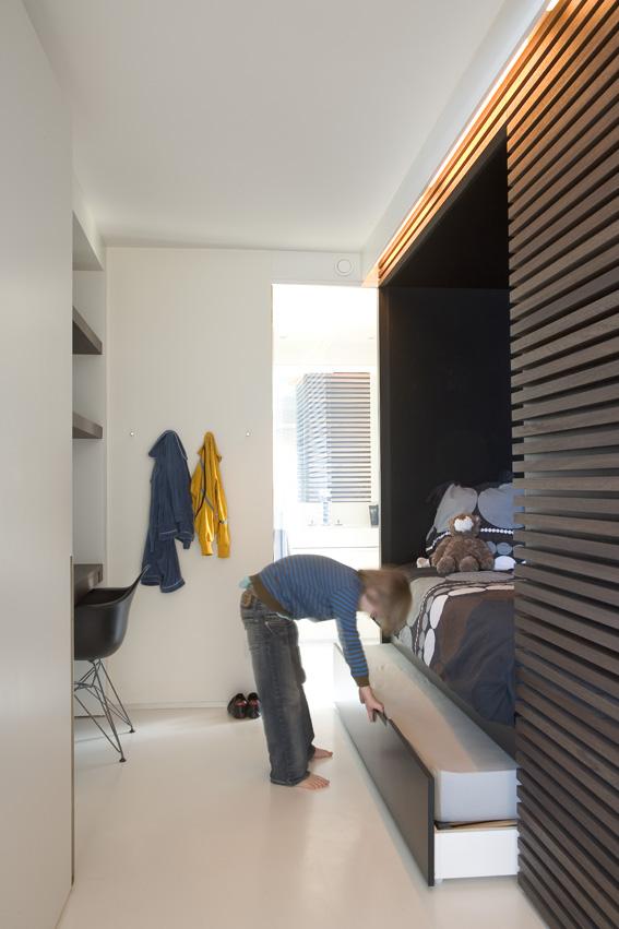 бельгийский минимализм - встроенная в нишу кровать в спальне