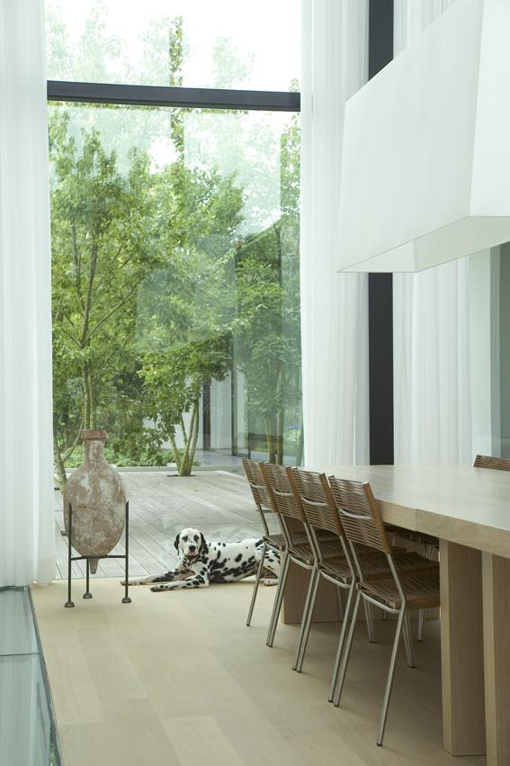 бельгийский минимализм -белая столовая - вид из окна