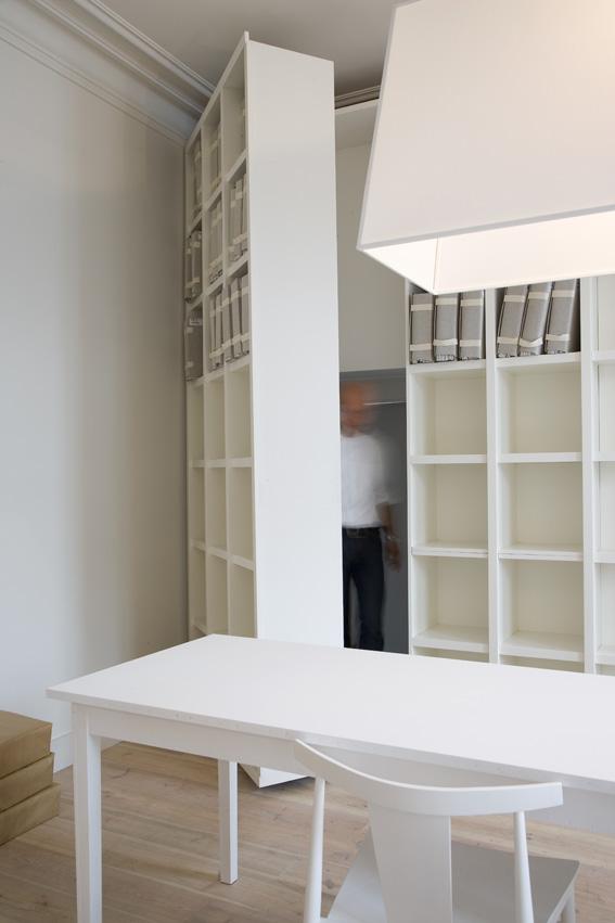 бельгийский минимализм - поворотный шкаф и скрытый вход