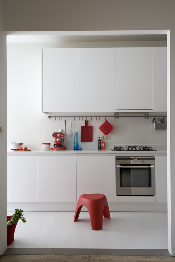 бельгийский минимализм - белая кухня и красные акценты