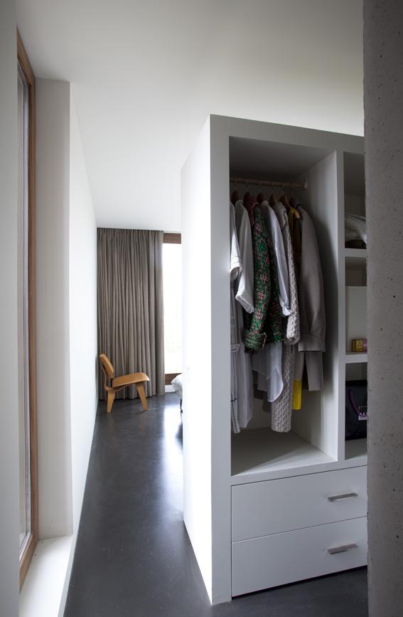 бельгийский минимализм -встроенный шкаф-перегородка