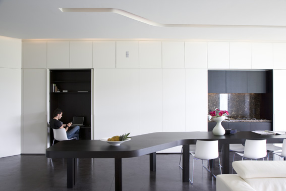 белая гостиная с аквариумом и столом сложной формы