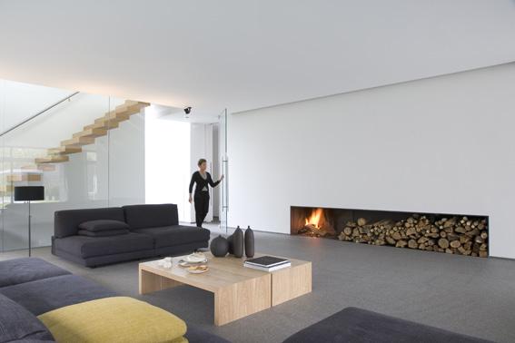 бельгийский минимализм  - белая гостиная с камином и дровами