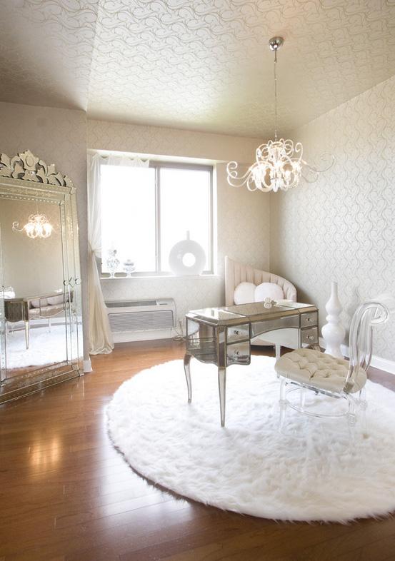 женский интерьер - белый будуар с туалетным столом