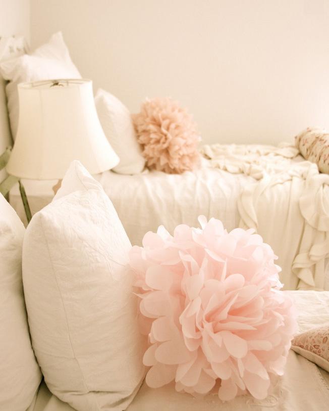 женская спальня бледно-розовые подушки-цветы