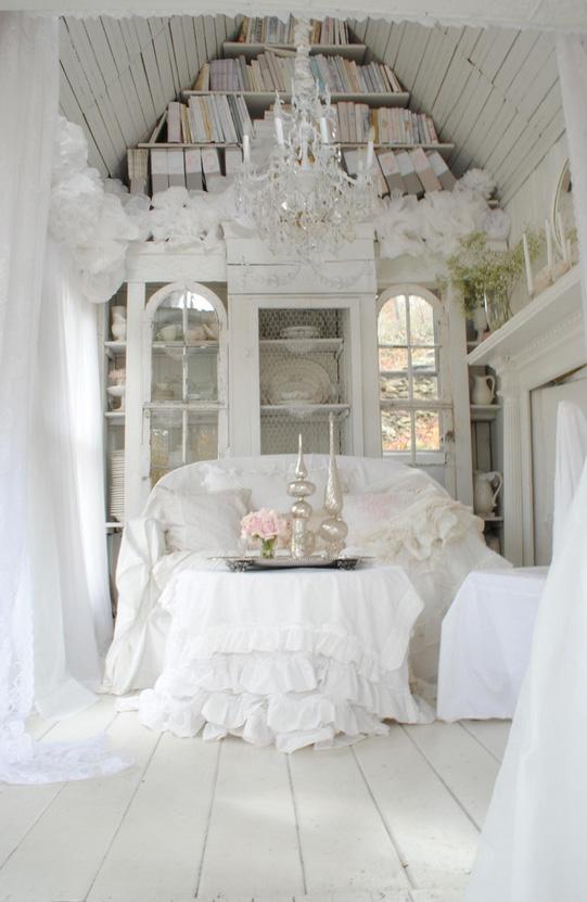 женский интерьер - белый диван и драпировки с рюшами