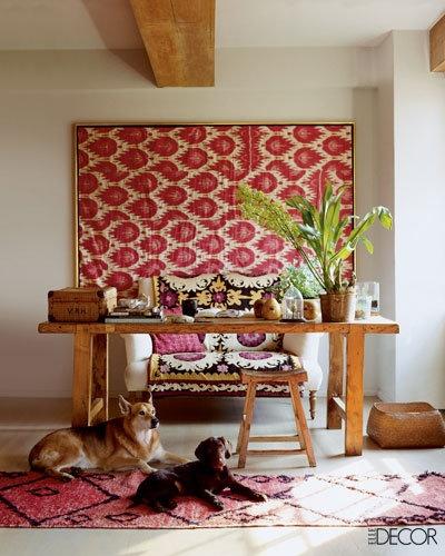 Цвет в интерьере - ярко-красные акценты в гостиной - ткань с принтом в раме