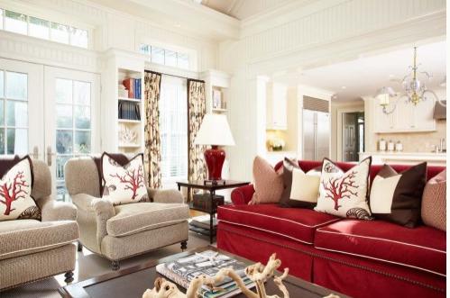 Цвет в интерьере - ярко-красные акценты в гостиной - диван и подушки с кораллом