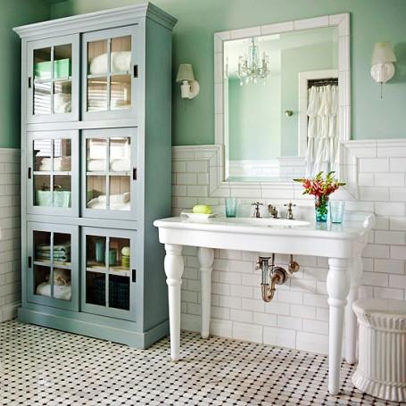 зеркало в ванной отражает свет из окна и делает комнату светлее