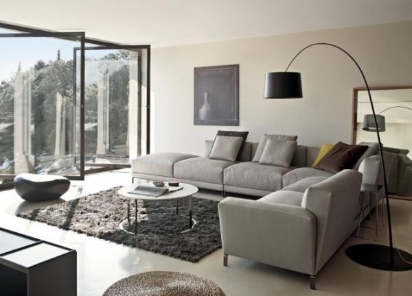 современные стильные диваны на высоких ножках-светло-серый угловой диван с релаксом