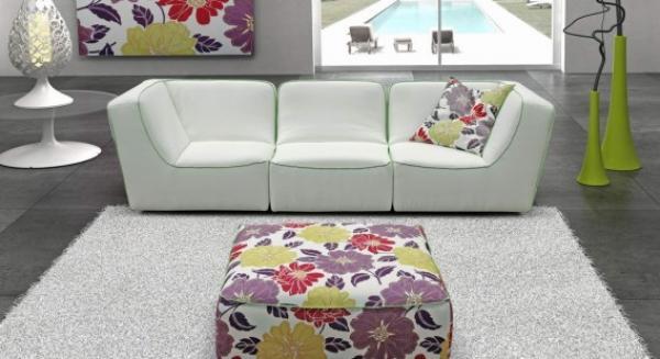 пуф с крупным цветочным принтом и белый диван