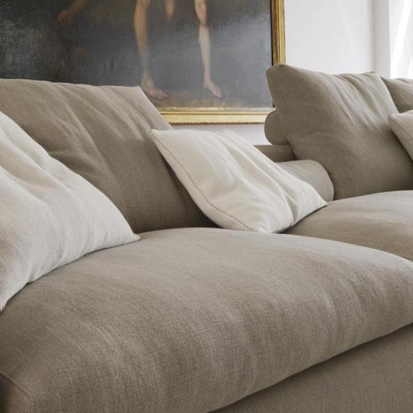 современные стильные диваны - мятые серые чехлы и подушки