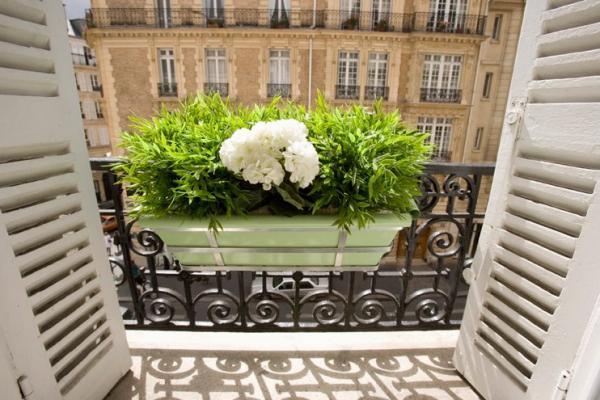 парижский стиль в интерьере балкончик решетка белые цветы