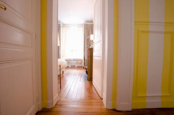 парижский стиль в интерьере двери желтая полоса