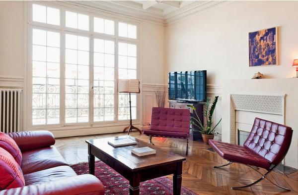 парижский стиль в интерьере смешение классики и современности яркие диван и кресло