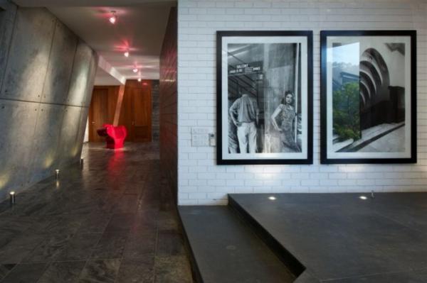 фотография в интерьере- архитектура и люди на фоне белой кирпичной кладки