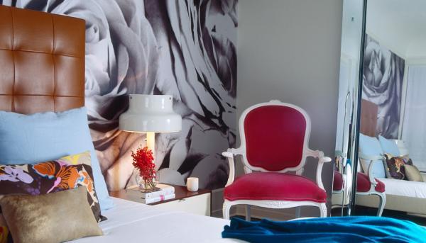 черно-белая фотография в интерьере спальни- крупный принт на всю стену розы