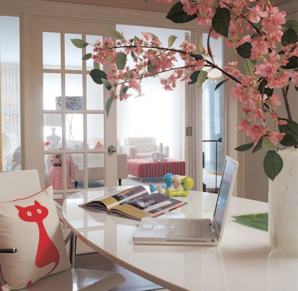 женский интерьер-стол для работы
