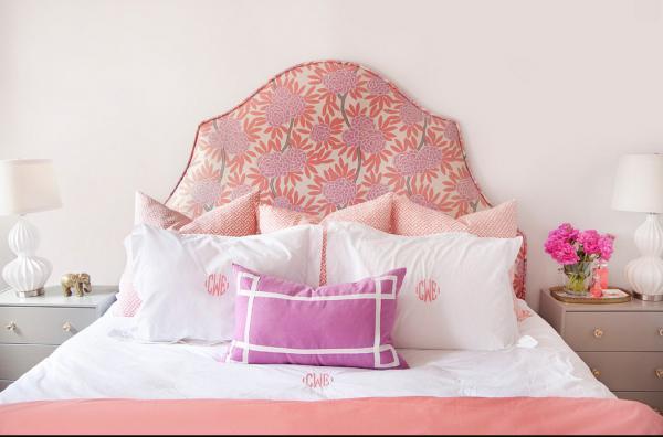 женский интерьер - розовое изголовье с цветочным узором