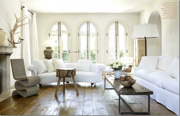 глянцевый деревянный пол отражает свет из окна