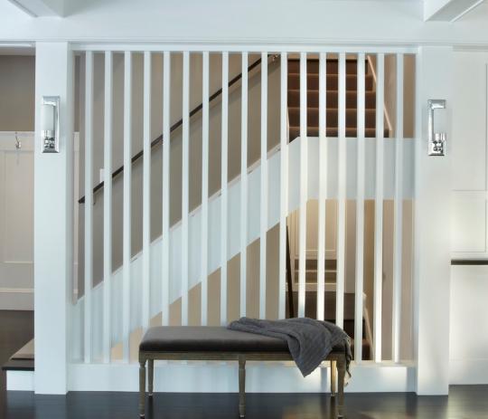 Белая декоративная перегородка из деревянных стоек, ограждающая лестницу