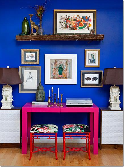 гламурный интерьер стол цвета фуксии на фоне синей стены
