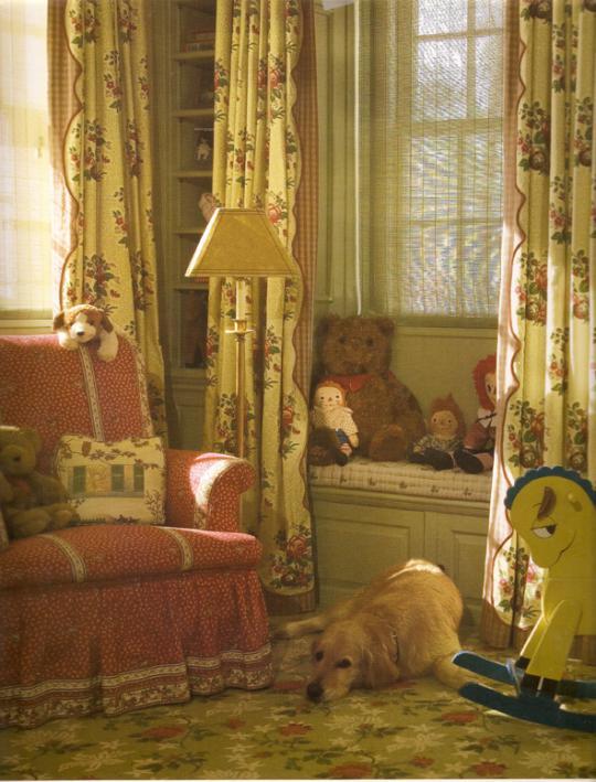 Диванчик у окна в викторианской детской