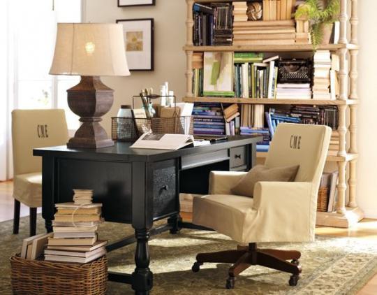 черный письменный стол, белое кресло и белый стеллаж для книг