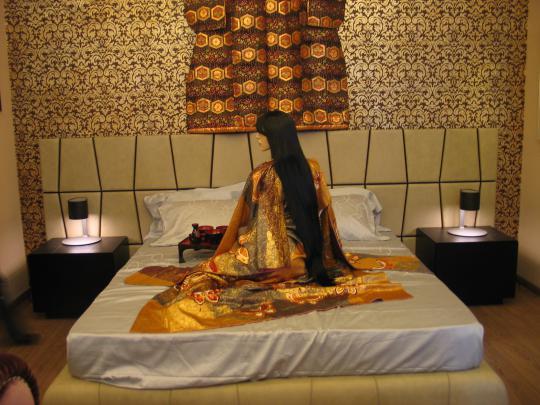 женское кимоно в интерьере над изголовьем кровати