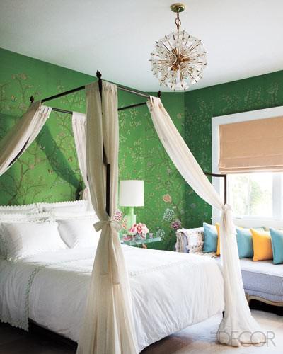 кровать с белым балдахином на металлическом каркасе