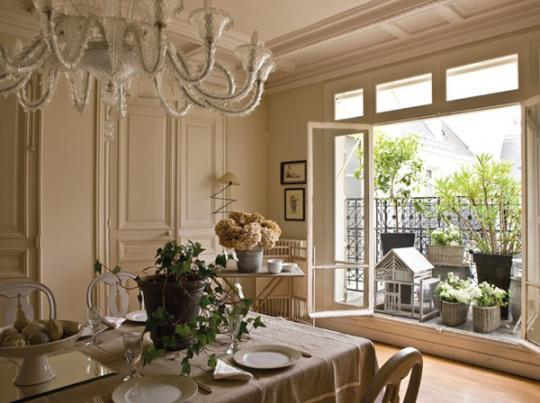 гостиная с французским балконом с цветами и растениями в горшках