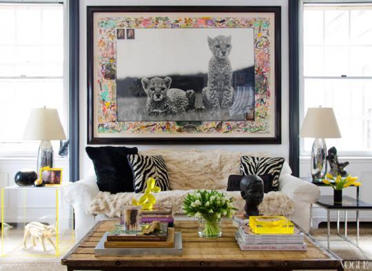 черно-белая фотография в интерьере гостиной - с цветной рамкой вокруг