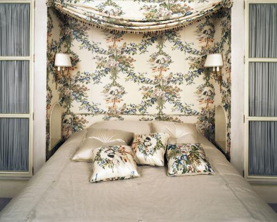 Декоративная ткань на стене за кроватью и подушках