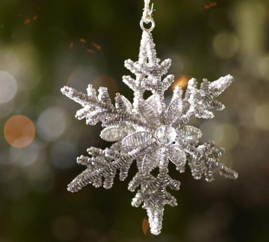 елочная игрушка в форме снежинки