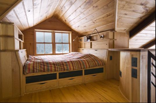 Спальня в мансарде, обшитой деревом
