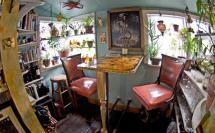 Артистичный индивидуальный интерьер в оформлении маленькой комнаты