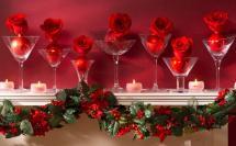 розы в стеклянных бокалах и новогодняя гирлянда
