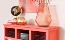 розовая консоль в прихожей с розовой вазой и зеркалом-солнце
