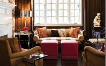 гостиная в темных тонах ярко-желтое кресло красные пуфы